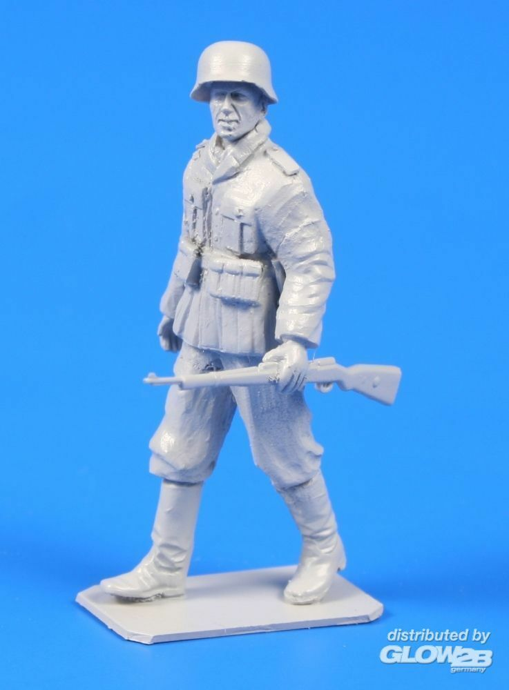 CMK 129-F48303 German WWII Soldier with Mauser 98 rifle in 1:48