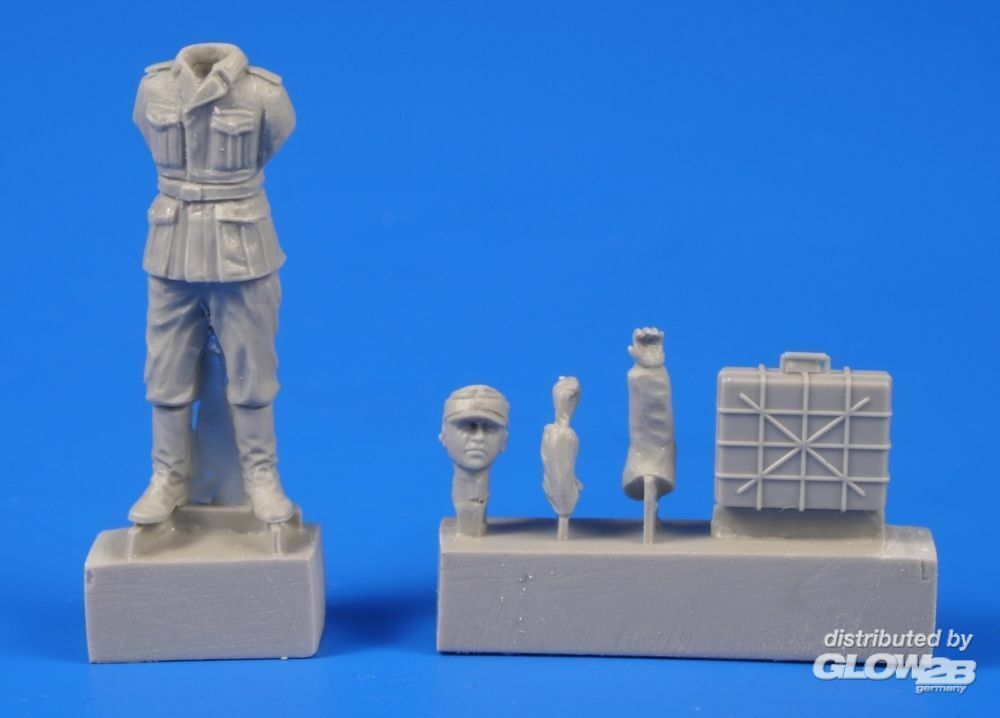 CMK 129-F48302 German WWII Soldier with Grenade Case in 1:48